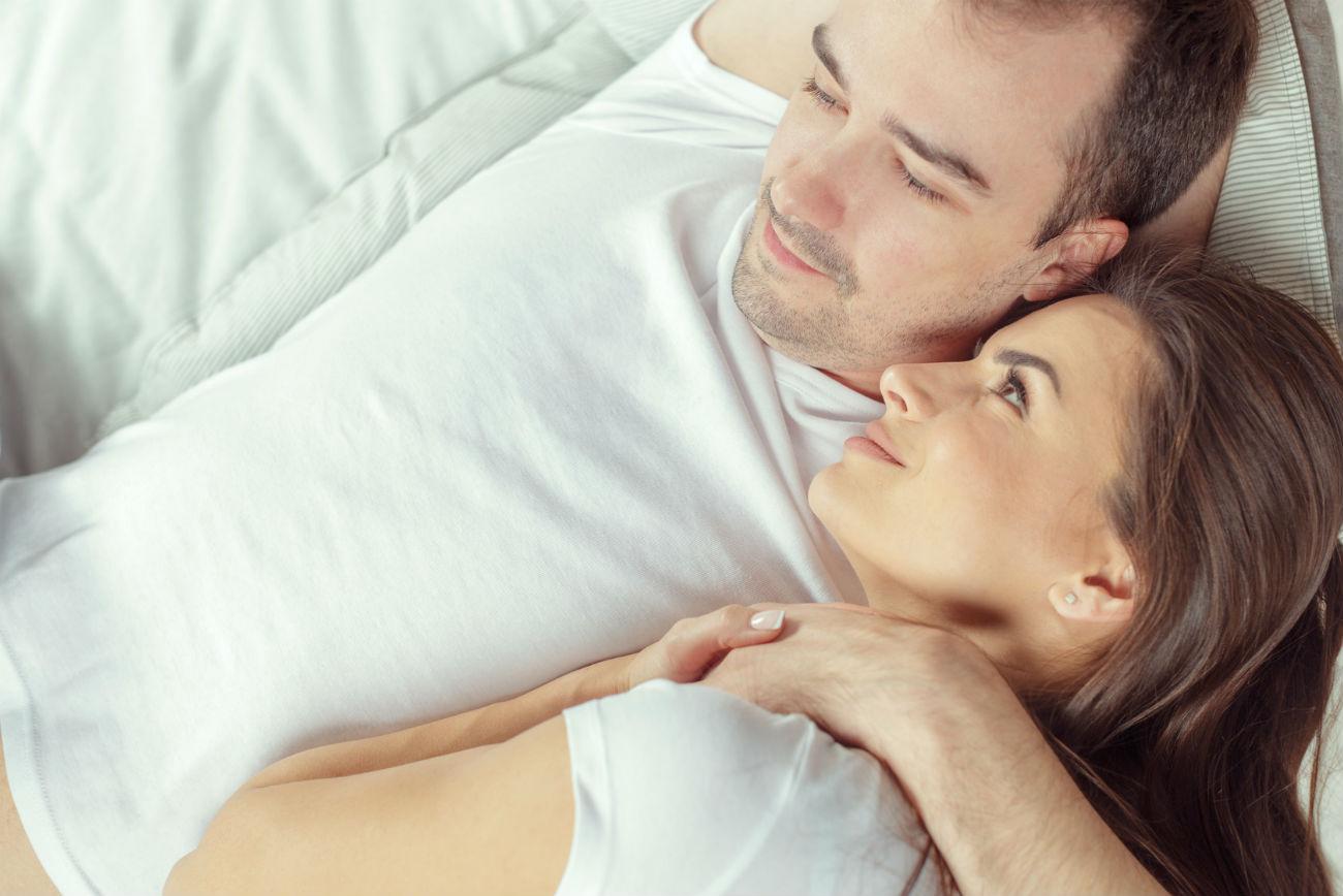 Cervello maschile: una coppia abbracciata a letto